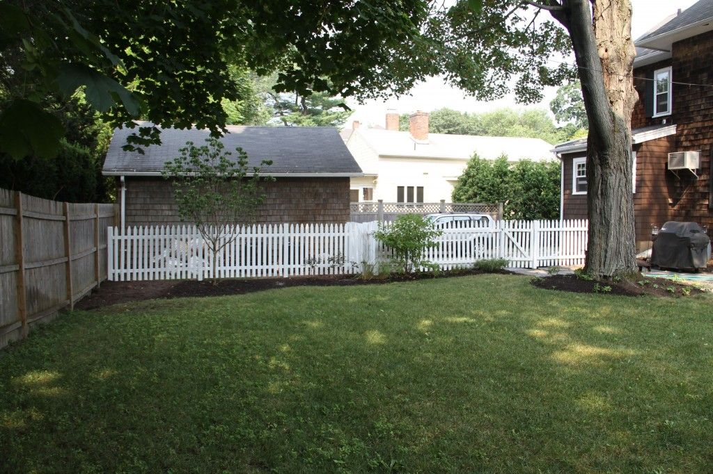 The white fencing makes the yard seem so charming and clean. Not that we don't appreciate silvery wood - we just think that the white fits in with the house better.