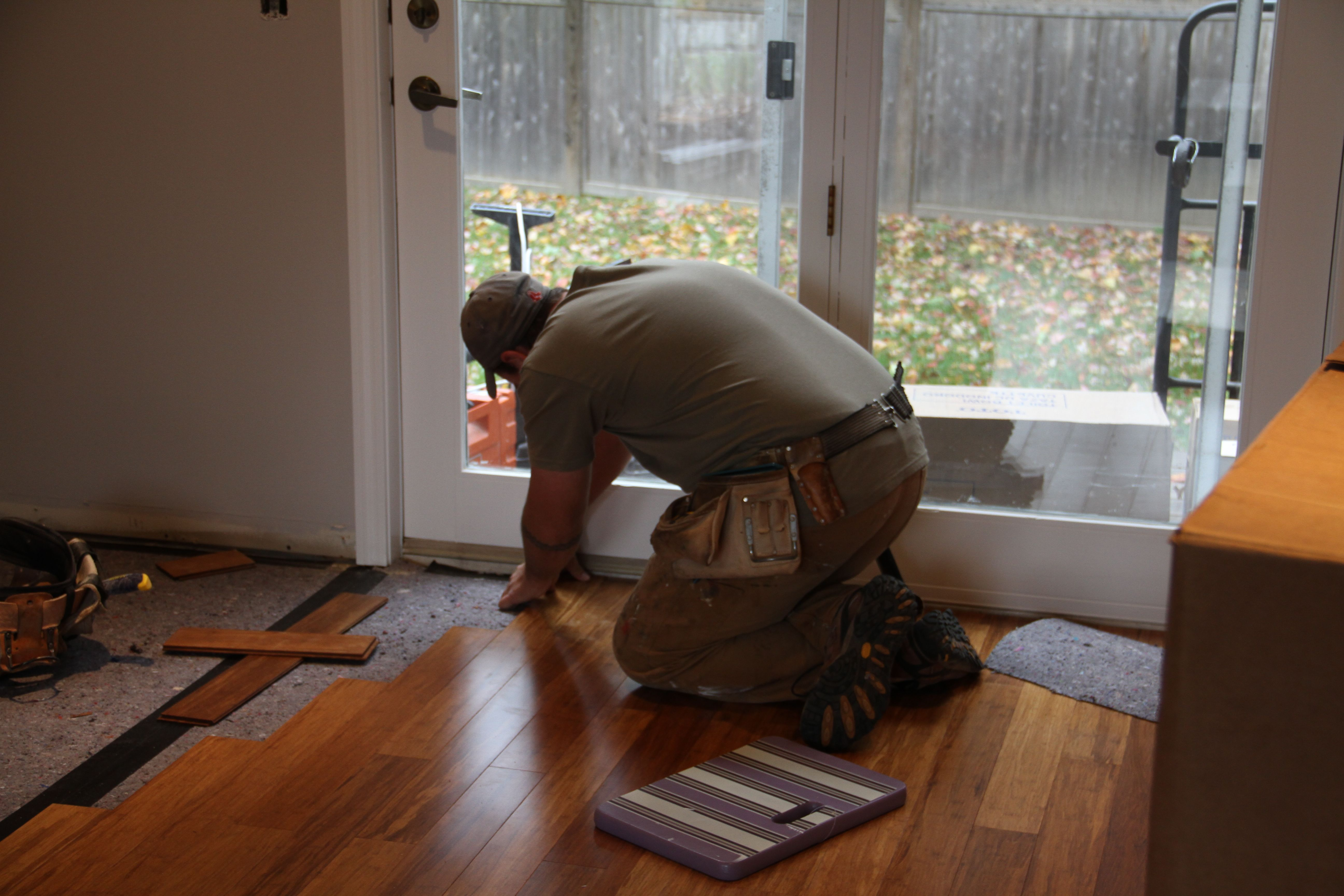 Dave working a tricky spot by the back door. (Notice that he prefers NOT to use the foam gardening pad that I and the other gents prefer for our knee-balls.)
