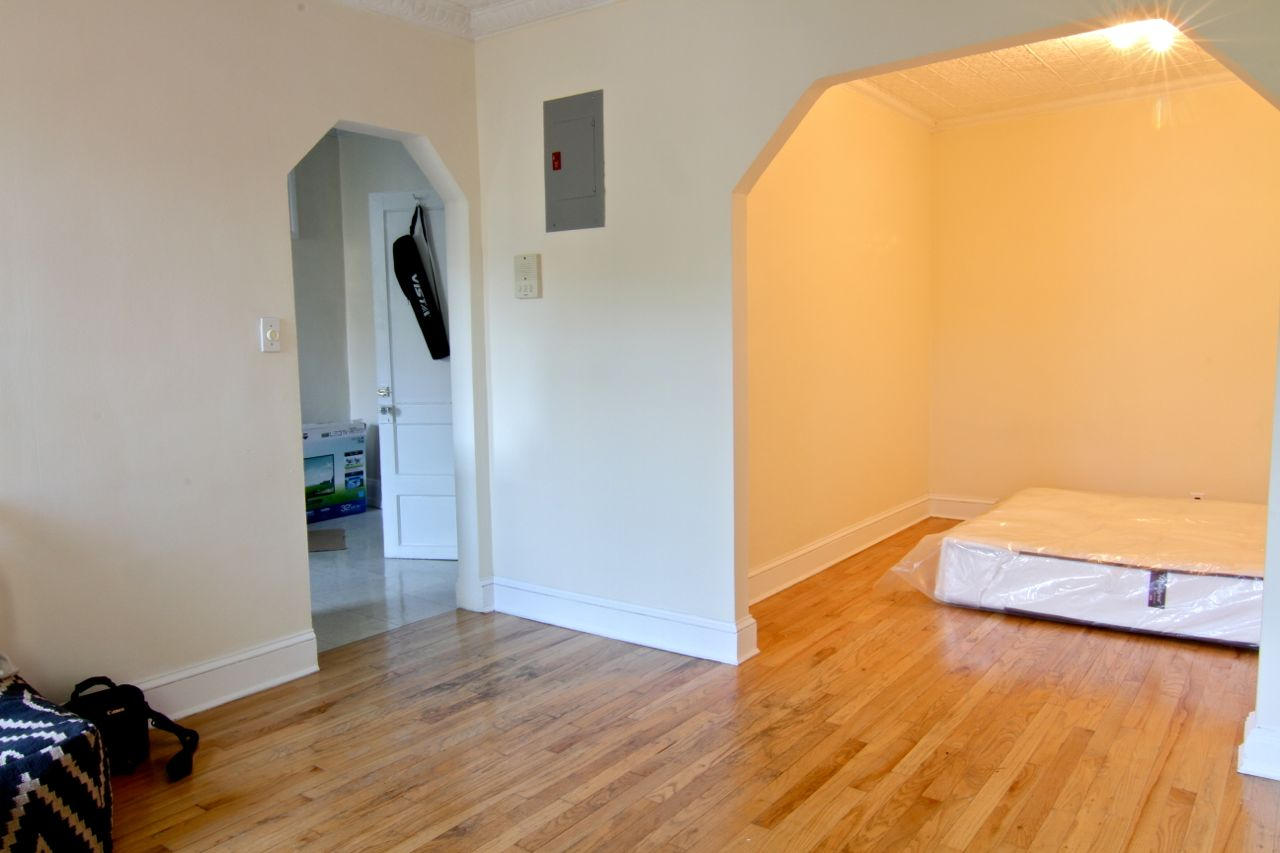 There's the sleeping area. That 'buttercream' yellow wall color really did look that golden with that solitary light on in there. Blech.